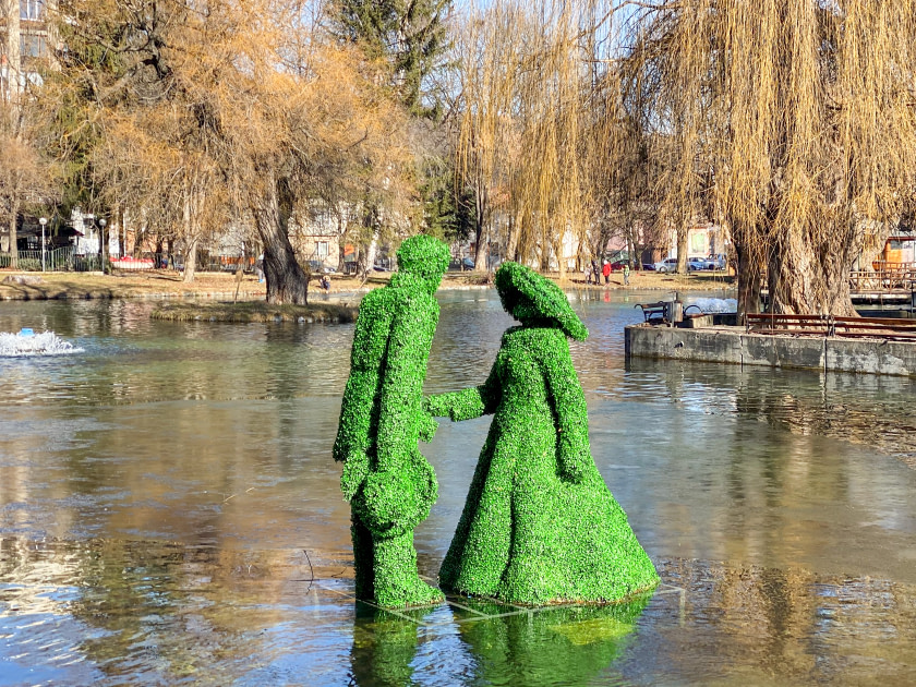 Man and woman statue in lake